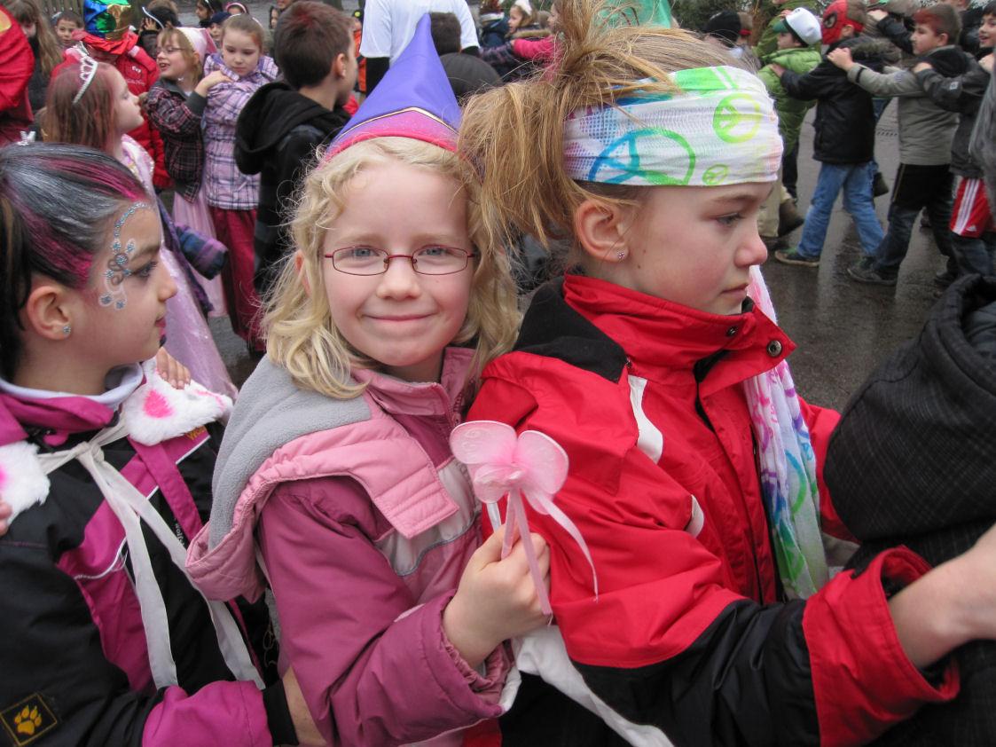 www.bonifatiusschule-marl.de/userimages/karneval/Auf dem Hof.JPG